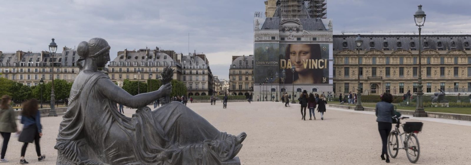 toile publicitaire lors de la restauration du monument historique du Louvre
