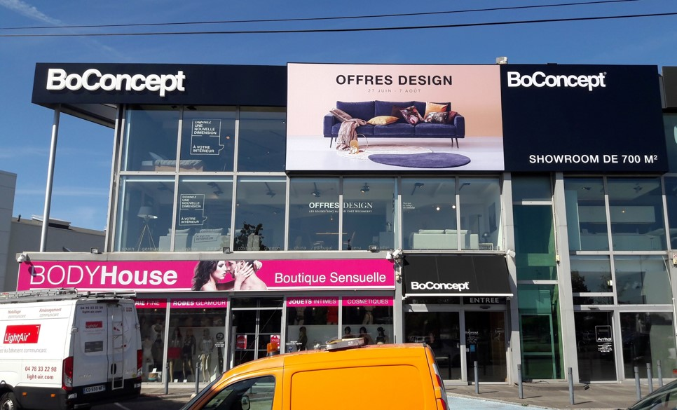 le magasin boconcept lyon saint priest dynamise sa devanture lightair. Black Bedroom Furniture Sets. Home Design Ideas